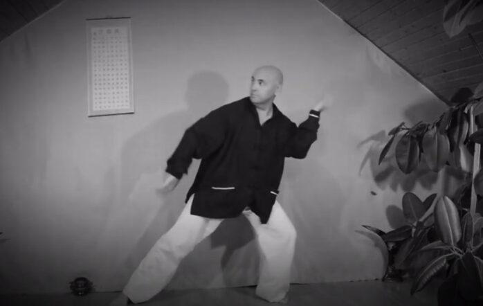 """Suita de tehnici dedicata avansatilor """"Cele 13 Miscari Ale Calugarului"""" poate fi abordata cu succes doar dupa ce practicantul Qigong a dobandit nivelul echilibrului stabil si al energiei fluide. Echilibrul stabil isi are radacinile in posturile statice (spre exemplu Zhan Zhuang), in vreme ce energia fluida izvoraste din deblocarea tuturor jonctiunilor corpului (prin practicarea Brocartului In 8 Sectiuni sau Yi Jin Jing), acesta devenind unitar. In video este exemplificata forma numarul trei, """"Calugarul Lenes Isi Aranjeaza Perna""""  Carte Qigong pentru incepatori - Yoga DaoistăLectii Qigong pentru incepatori - Stilul GongongFolosirea Energiei Sexuale pentru Echilibrarea Rinichilor"""